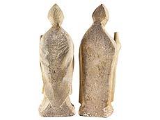 Detailabbildung: Zwei rundplastische Steinfiguren Heiliger Bischöfe