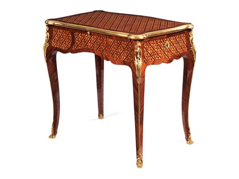 """Kleiner Louis XV-Schreibtisch genannt """"Aux Barbeaux"""""""