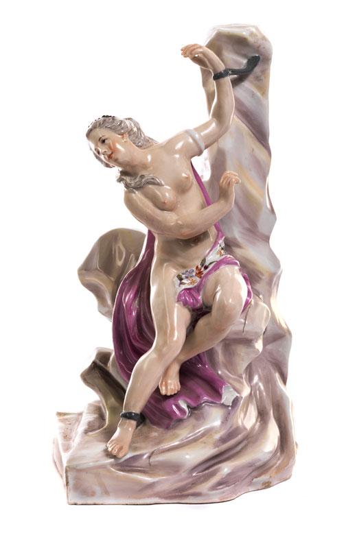 Porzellanfigur der an einen Felsen gefesselten Andromeda