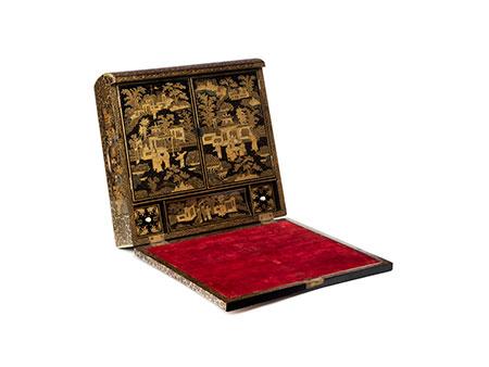 Chinesiche Lack-Schreibschatulle in Buchform mit reicher Goldmalerei