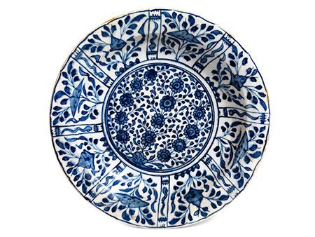 Blauweiße Porzellanplatte mit Resten von Goldhöhung