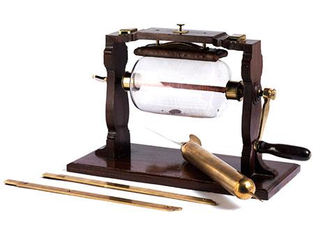 Seltenes Versuchsgerät zur Erzeugung elektrostatischer Ladung nach der Erfindung Francis Hauksbee, um 1666 - 1713