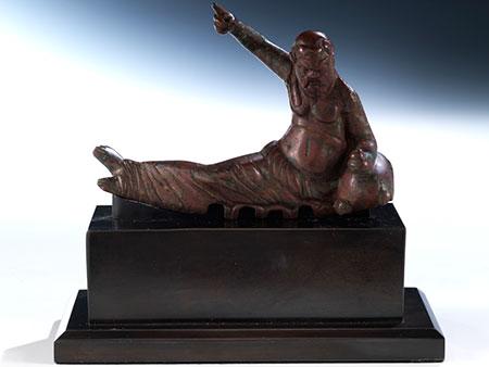 Bronzefigur eines liegenden Bacchanten