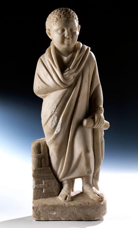 Bedeutende römische Marmorfigur eines Knaben mit Schriftrolle