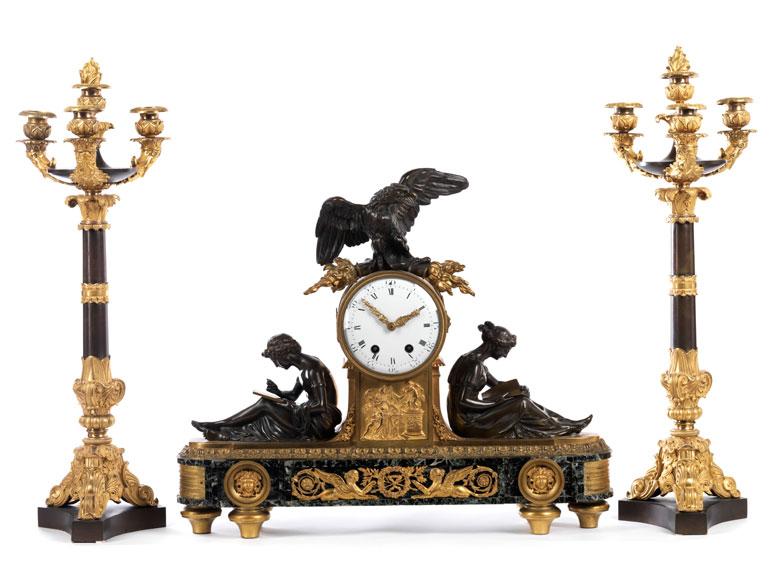 Große Kamingarnitur mit Uhr und zwei Kandelabern