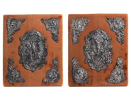 Zwei komplette Garnituren mit silbernen Buchdeckelapplikationen