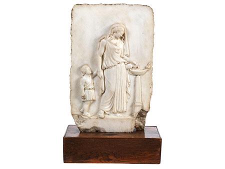 Marmorreliefplatte mit Darstellung einer antiken Priesterin