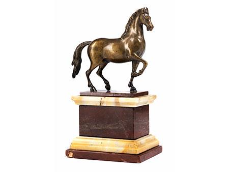 Bronzestatuette eines schreitenden Pferdes