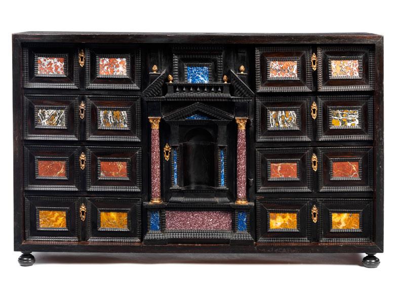 Kabinettkasten mit Pietra dura-Auflagen