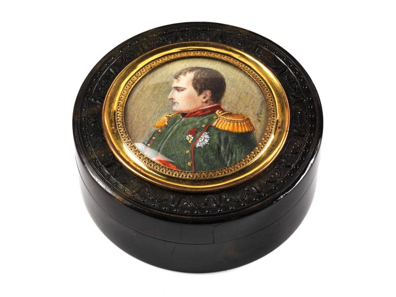 Schildplattdose mit Darstellung Napoleons