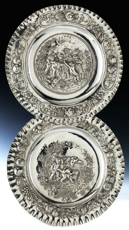 Paar elegante Silberreliefteller
