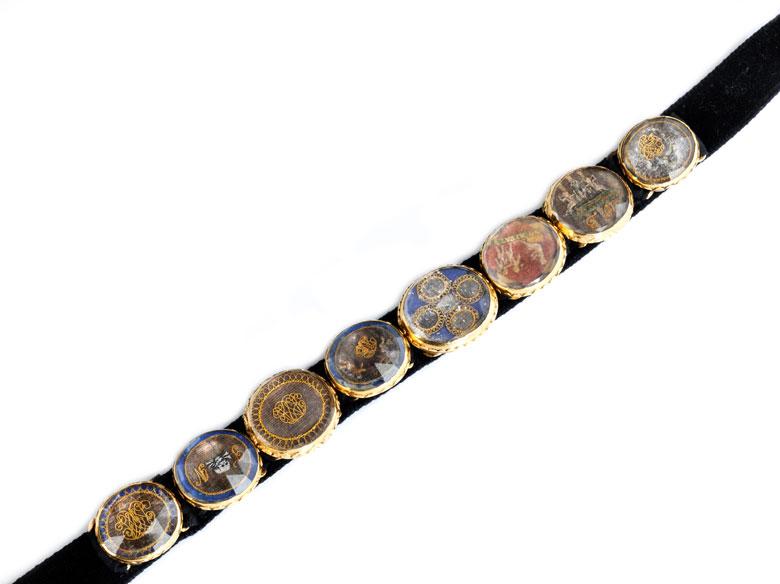 Antike Medaillons auf Halsband