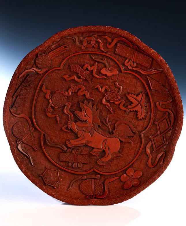 Roter Lackteller mit buddhistischen Glückssymbolen