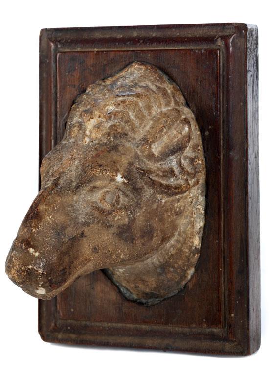 Marmorfragment eines Widderkopfes