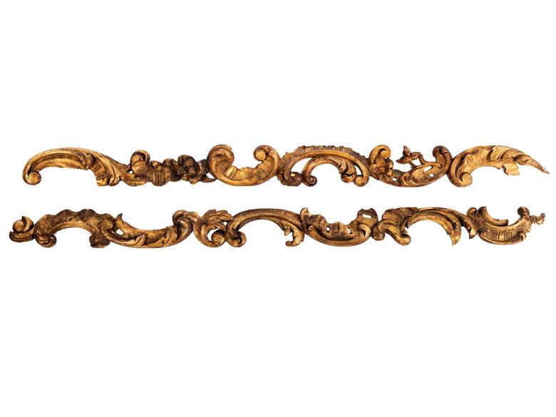 Paar Dekorationsschnitzereien in Form von Rokoko-Seitenwangen
