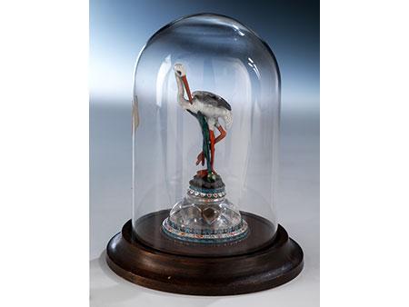 Emaillierte Zierfigur eines Storches auf Bergkristallsockel
