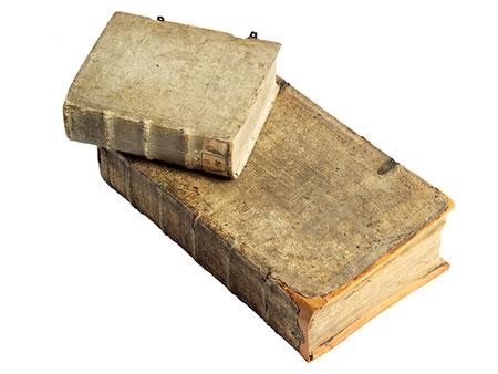 Zwei Bücher mit religiösem Hintergrund