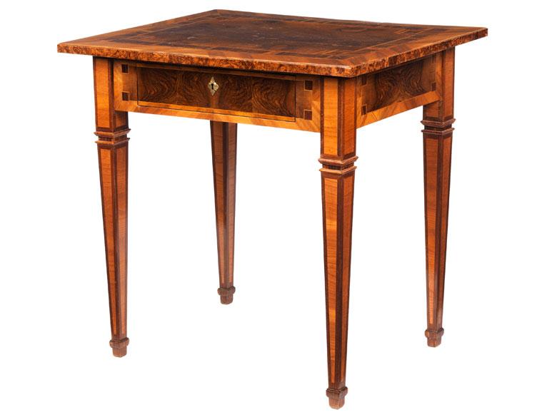 Kleiner Louis XVI-Tisch