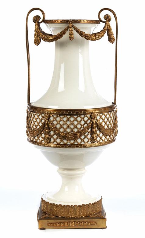 hohe vase in klassizistischem stil hampel fine art auctions. Black Bedroom Furniture Sets. Home Design Ideas