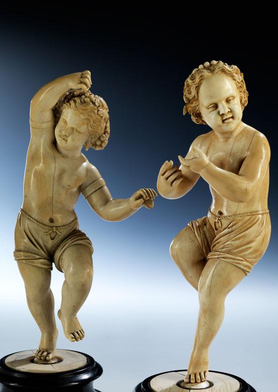 Paar Elfenbeinschnitzfiguren tanzender kleiner Mädchen