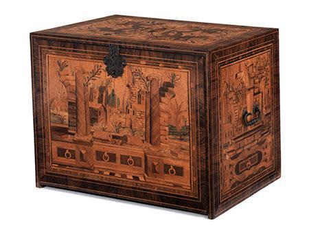 Reich intarsierter Kabinettkasten mit Rollwerk und Ruinenbilddekoration