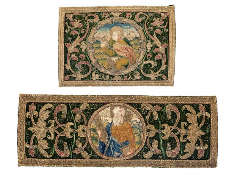 Zwei Goldstickereibilder mit Darstellungen der Evangelisten Johannes und eines nicht näher zu bestimmenden Kirchenlehrers