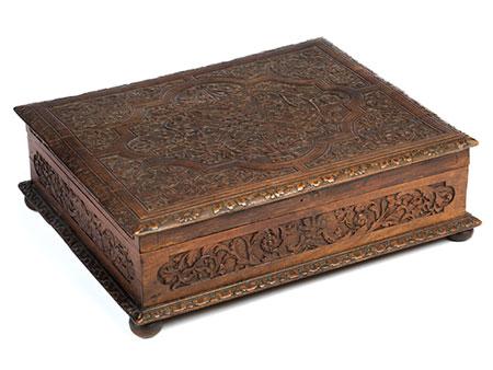 Museale Kassette mit geschnitztem Reliefdekor