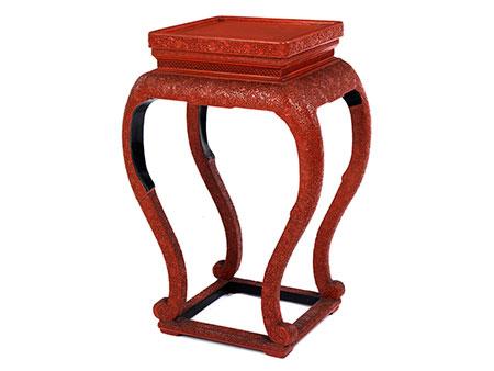 Fein gearbeiteter Rotlack-Tisch