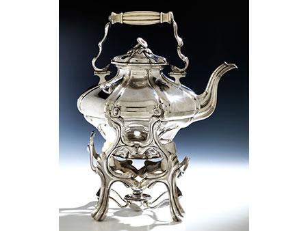 Silberner Wiener Teekessel auf Rechaud