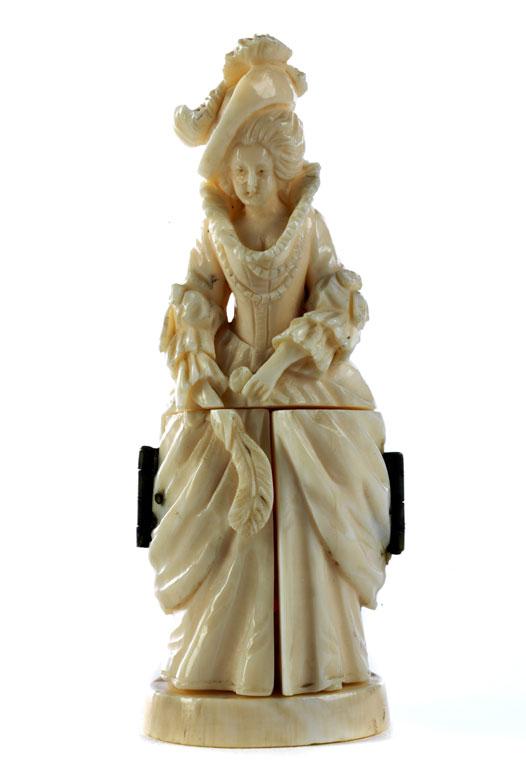 Kleine Elfenbeinfigur einer barock gekleideten Dame