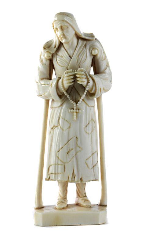 Elfenbeinschnitzfigur einer Bettlerin