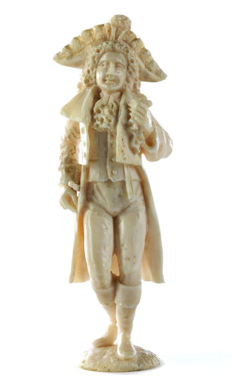 Elfenbeinschnitzfigur eines Rokoko-Kavaliers mit Dreispitz und Stock