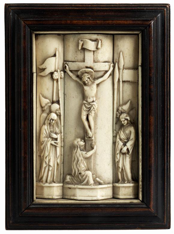 Dreiteilige Beinschnitzerei mit Darstellung Christi am Kreuz