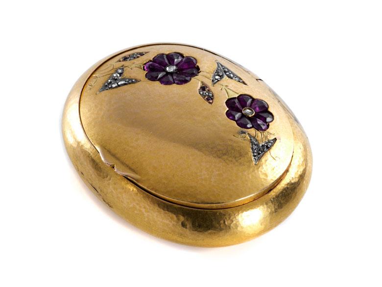 Ovale Golddose mit Blütendekoration in Form von Rubinrosetten und kleinen Diamanten