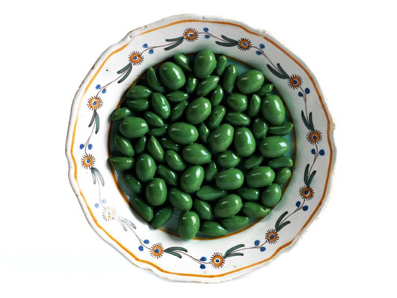 Fayence-Schaugerichtteller mit grünen Oliven