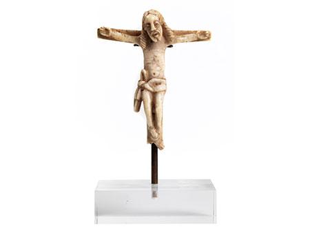 Kleines in Bein geschnitztes romanisches Kreuz mit Corpus Christi
