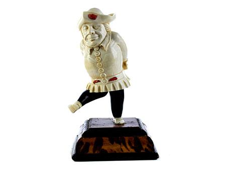 Elfenbeinfigur eines beleibten Harlekin mit Dreispitz