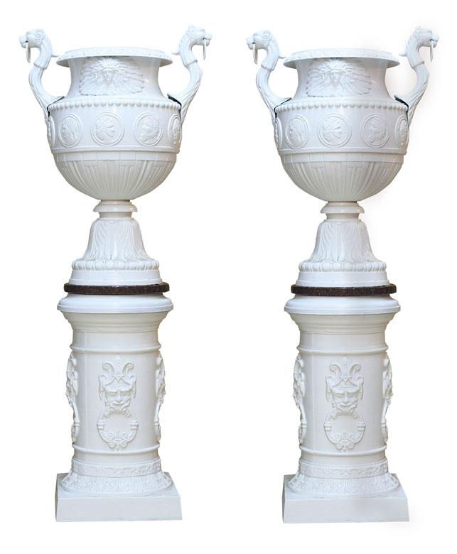 Paar gefasste Vasen auf Sockel im Empire-Stil