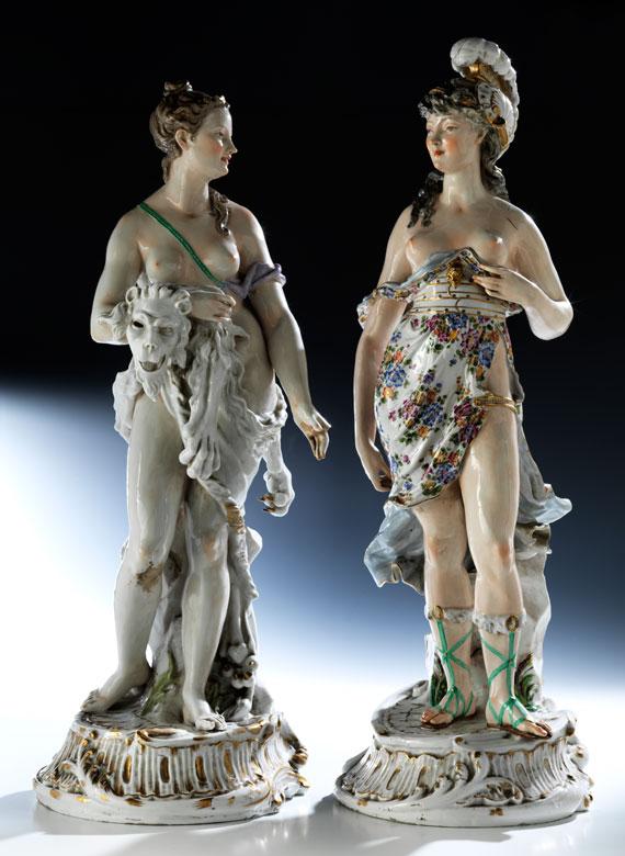 Paar große Porzellanfiguren weiblicher mythologischer Gestalten