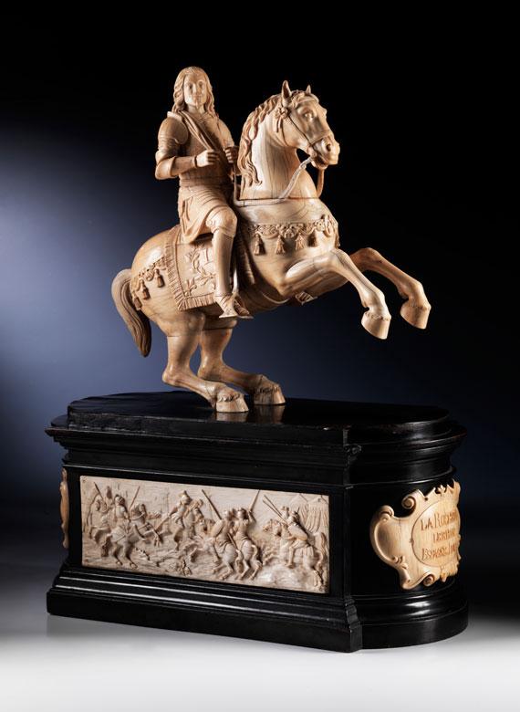 Großes Tischdenkmal in Elfenbein und ebonisiertem Holz mit der Reiterstatue Ludwig XIII von Frankreich, 27.09.1601 – 14.05.1643