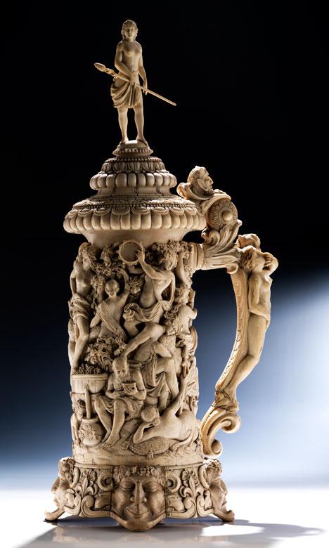 Großer Elfenbeinhumpen mit Bacchanal
