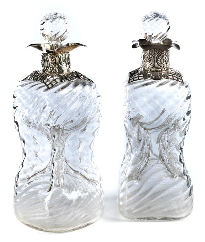 Paar Kristalllikörflaschen