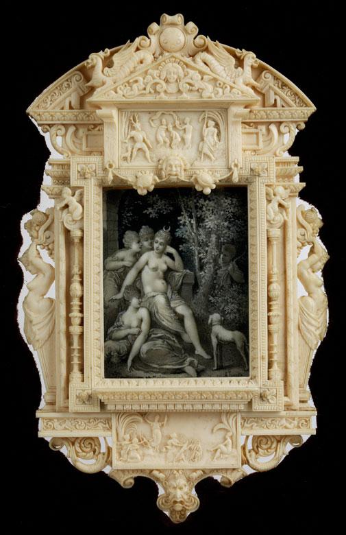 Museale äußerst fein geschnitzte Elfenbein-Aedicula mit Grisaille-Miniaturgemälde