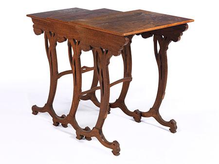 Satz von drei Tischchen in der Art von Émile Gallé (1846-1904)
