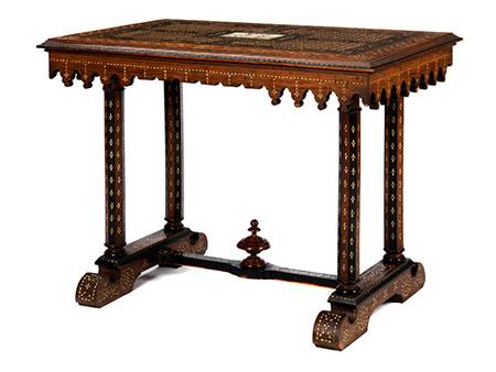 Reich intarsierter Tisch