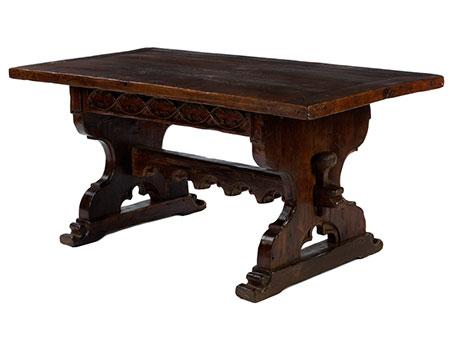 Tisch mit geschnitztem Unterbau im gotischen Stil