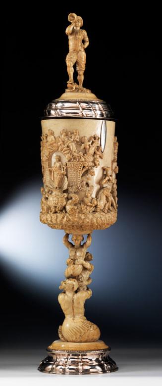 Großer imposanter Elfenbein-Deckelpokal mit Silbermontierung