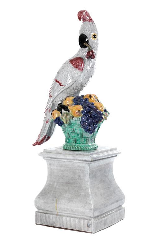 Großer Nymphenburger Papagei mit Kirsche