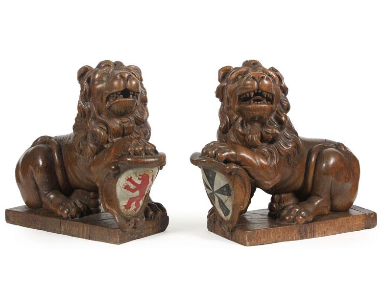 Paar Löwenskulpturen mit Wappen