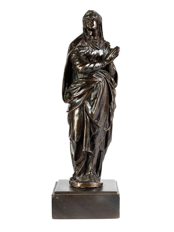 Höchst qualitätvolle Bronzefigur einer stehenden Marienstatue